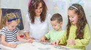 24097094-Enseignant-joue-avec-les-enfants-de-la-maternelle-Banque-d'images