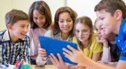 53107491-l-ducation-l-cole-primaire-l-apprentissage-la-technologie-et-les-gens-notion–groupe-d-coliers-avec-